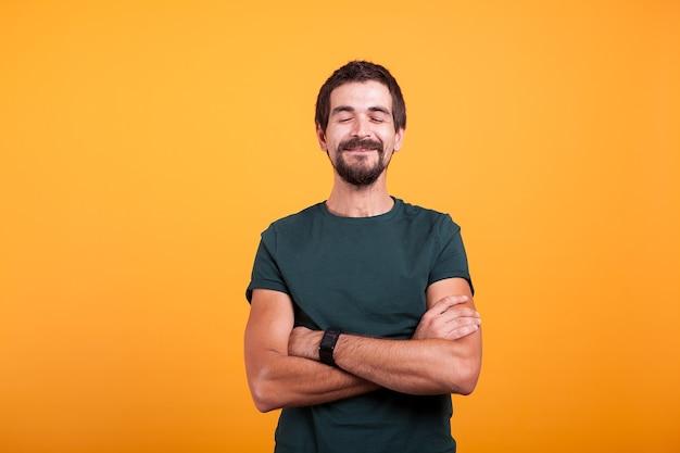 Rire homme heureux isolé sur fond jaune. homme joyeux barbu attirant