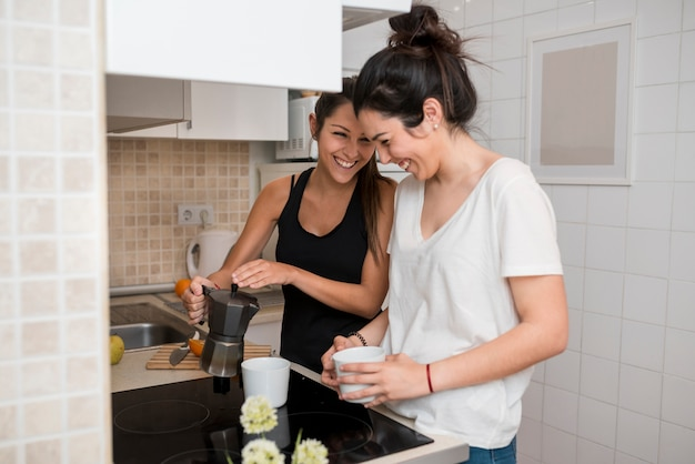 Rire de jeunes femmes cuisiner dans la cuisine