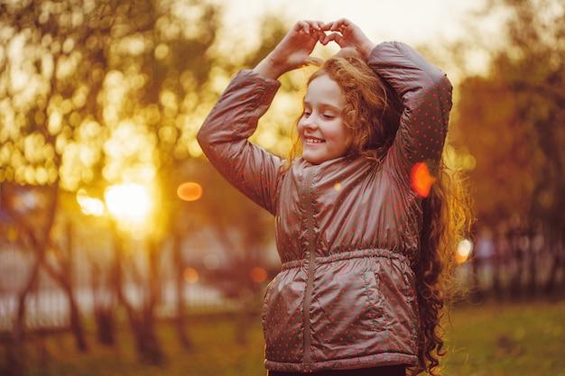 Rire petite fille en automne parc.