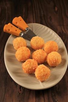 Risotto arancini frits maison avec fromage ou boule de riz. fabriqué à partir de riz avec bouillon, enrobage de chapelure et friture
