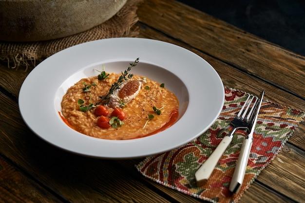 Risotto aux champignons et à la citrouille d'épeautre sur fond gris savoureux repas végétarien