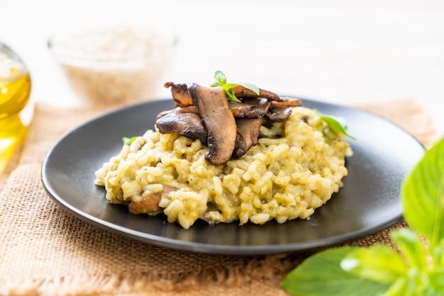 Risotto aux champignons avec pesto et fromage