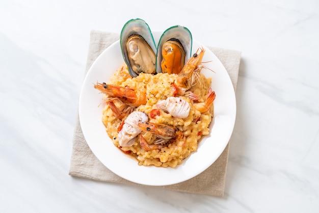 Risotto aux crevettes, moules, poulpes, palourdes et tomates