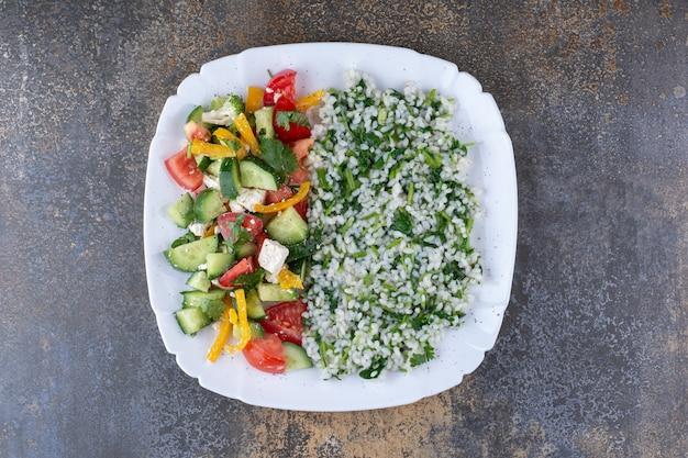 Risotto aux herbes avec salade de légumes de saison