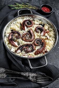 Risotto aux tentacules de poulpe dans une casserole
