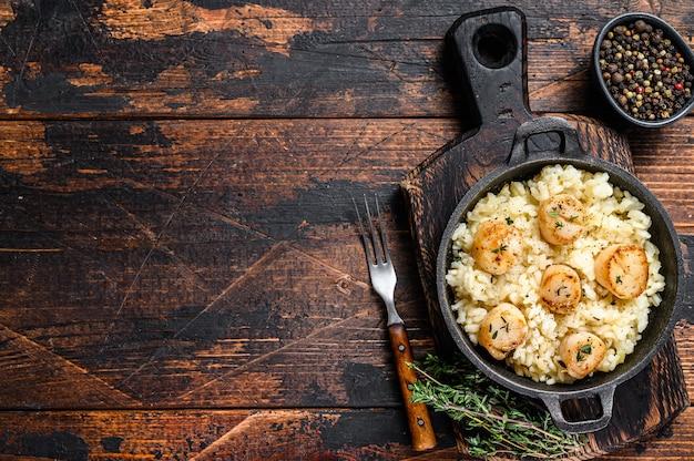 Risotto de fruits de mer aux pétoncles dans une casserole