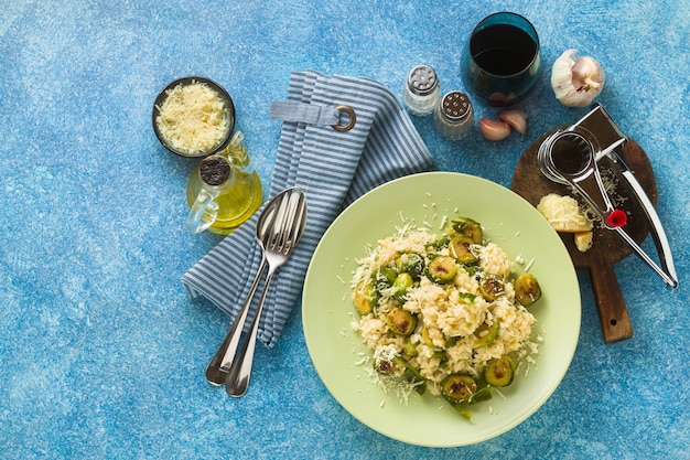 Risotto de printemps italien avec choux de bruxelles et parmesan sur la table.