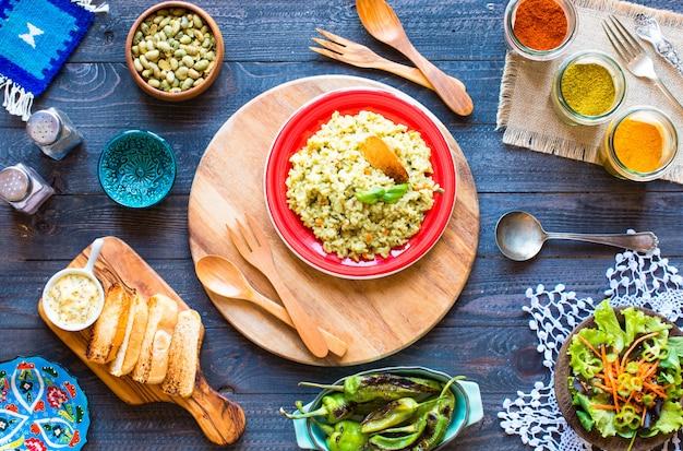 Risotto végétarien avec divers légumes, sur une table rustique en bois,