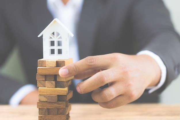 Risque d'investissement et incertitude sur le marché du logement immobilier. investissement foncier.