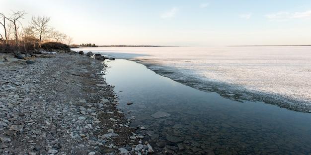 Rivage du lac gelé en hiver, lac winnipeg, parc provincial hecla grindstone, manitoba, canad
