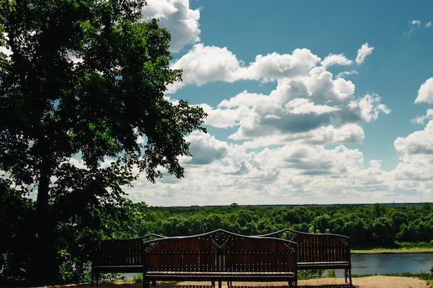 Sur la rive du lac - confortables bancs en bois.