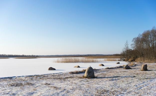 La rive d'un lac gelé en hiver