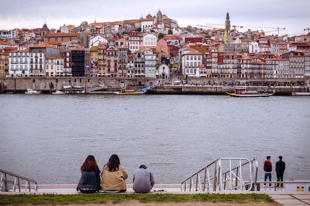 Riverfront de porto forment l'autre côté du fleuve douro à vilanova de gaia