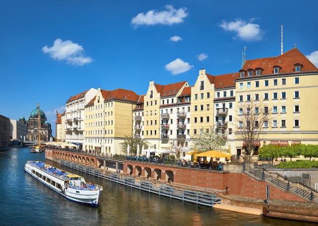 Riverside avec vieilles maisons dans le centre-est de berlin