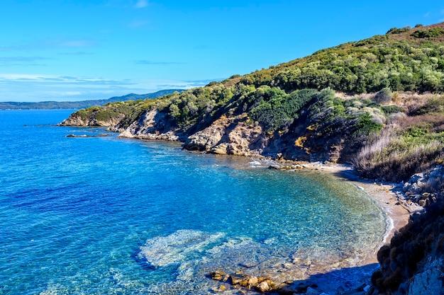 Rives bleues et eau de mer immaculée près des montagnes de nea roda, halkidiki, grèce