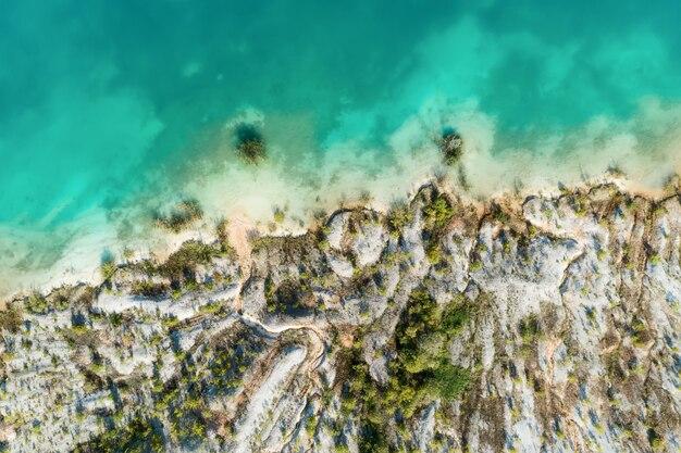 Les rives du lac de montagne, l'eau bleue du lac. vue aérienne, de haut en bas