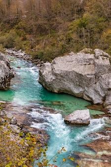 Rives rocheuses de la rivière soca émeraude en saison d'automne en slovénie