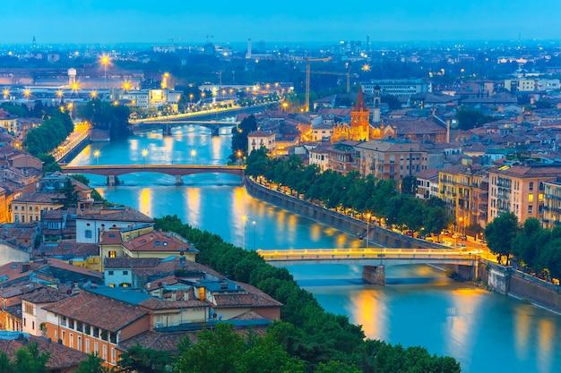 Rivière adige et ponts de nuit à vérone, italie