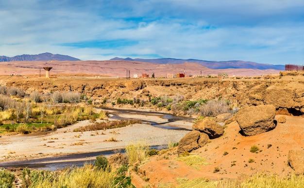 La rivière asif m'goun formant la vallée des roses à kalaat m'gouna - maroc