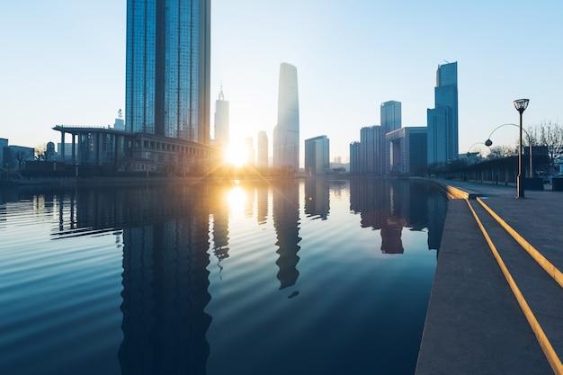Rivière et bâtiments modernes contre le ciel