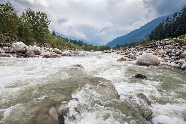 Rivière beas à manali