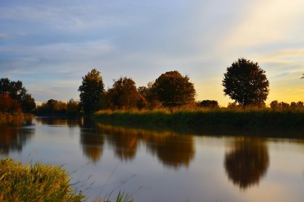 Rivière à la campagne au coucher du soleil