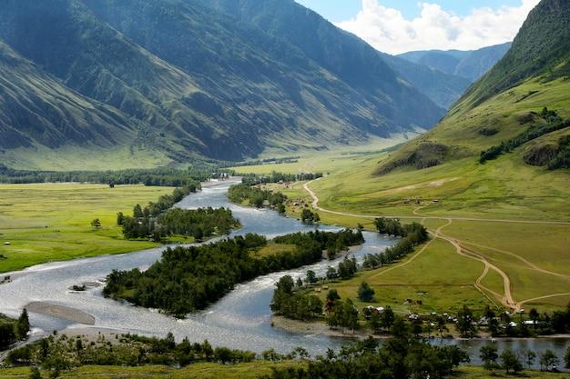 La rivière chulyshman dans l'altaï