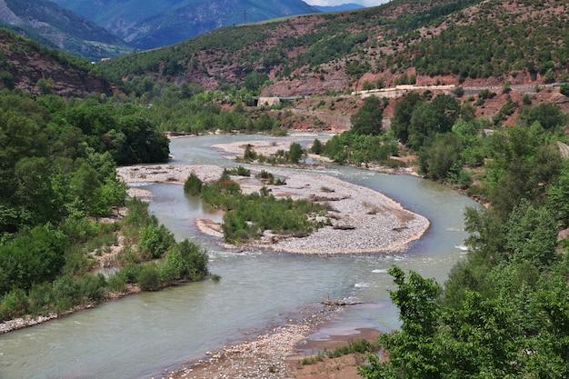La rivière dans les montagnes d'albanie