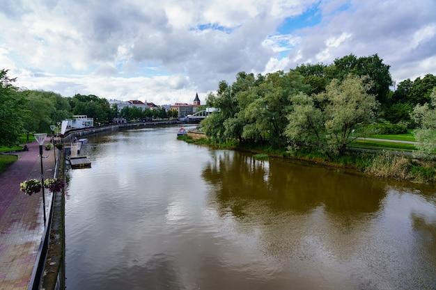 La rivière emajogi traverse la ville de tartu en estonie.