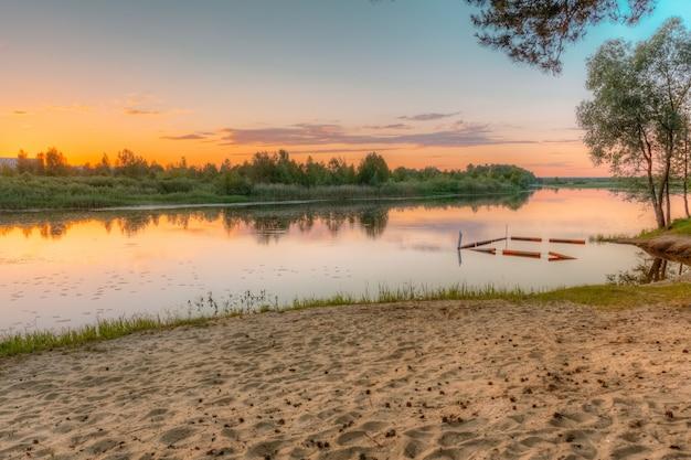 Rivière en été au coucher du soleil plage sauvage