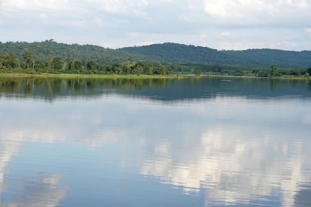 Rivière Fond Montagnes Ciel Nuages Ombre Sur La Surface De L'eau Photo Premium