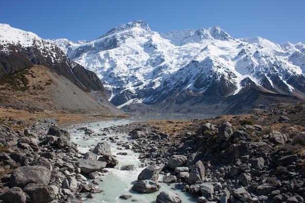Rivière glaciaire traversant les montagnes. mount cook, nouvelle-zélande