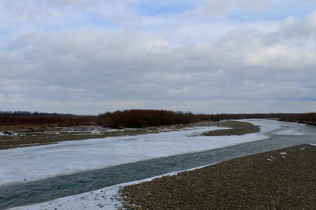 Rivière d'hiver dans les montagnes des carpates