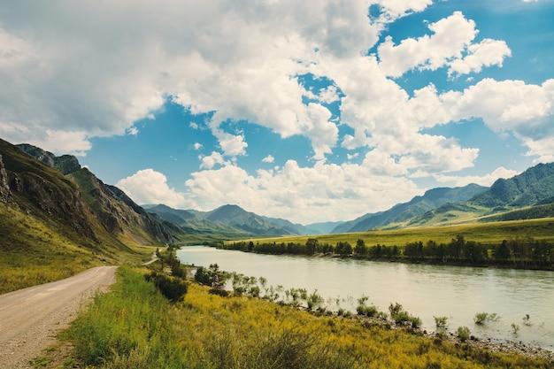 La rivière katun coule entre les montagnes et les collines