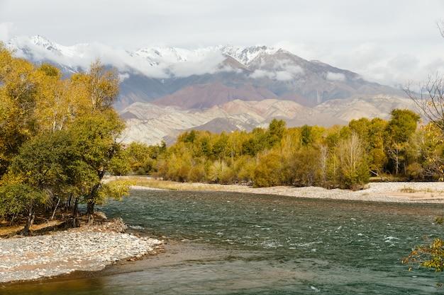 Rivière kokemeren, aral, kirghizistan