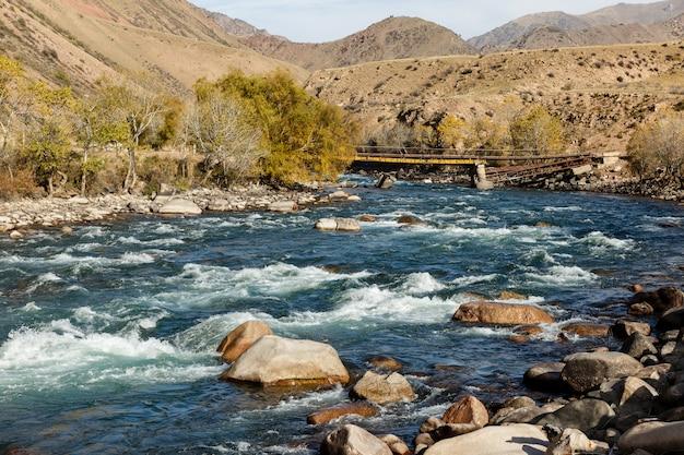 Rivière kokemeren, djumgal, kirghizistan