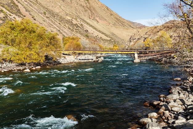 Rivière kokemeren, kirghizistan, pont cassé sur la rivière