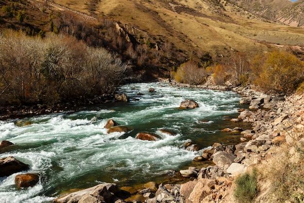 Rivière kokemeren, kyzyl-oi, kirghizistan
