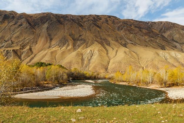 Rivière kokemeren, rivière de montagne au kirghizistan