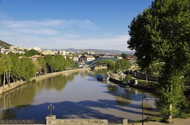 Rivière kura dans la ville de tbilissi, géorgie