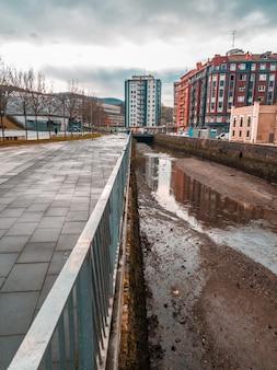 La rivière à marée basse dans la nouvelle promenade de la ville de pasajes antxo, gipuzkoa. pays basque