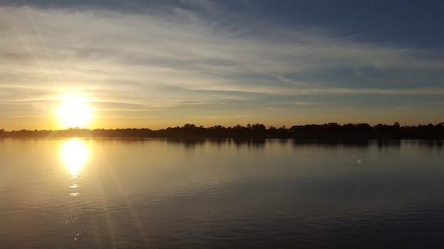 Rivière mékong - la scène du coucher de soleil