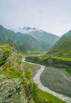 Rivière de montagne dans une vallée en géorgie