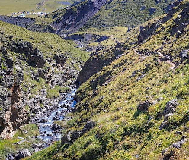 Rivière de montagne à écoulement rapide dans la chaîne du caucase.