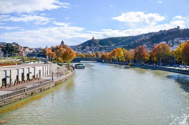 La rivière de montagne kura coule au centre de tbilissi.