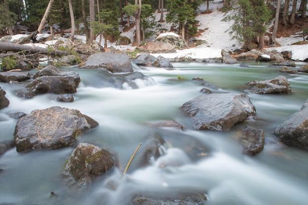 Rivière sur la montagne de neige au cachemire inde