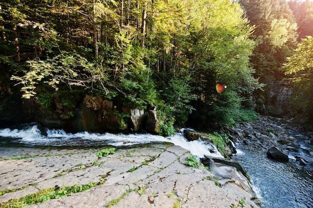 Rivière de montagne rapide avec cascade à suset sur les carpates
