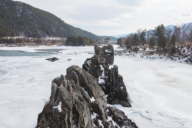 Rivière de montagne rapide katun en hiver