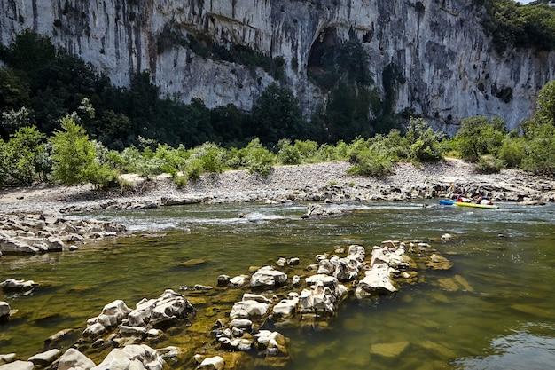 Rivière de montagne rocheuse dans les gorges de l'ardèche, sud de la france