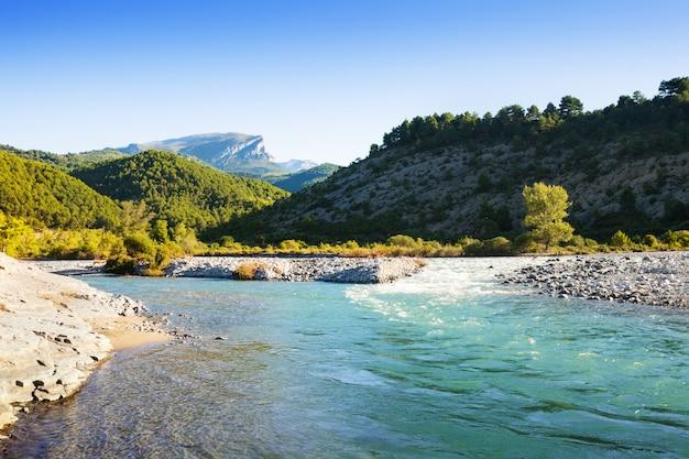 Rivière des montagnes au bord de la rivière rocheuse